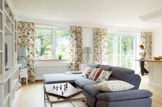Obývačka - krásny tyrkys    #obyvacka#kvety#zavesy Couch, Furniture, Home Decor, London, Blinds, Ad Home, Homes, Nice Asses, Summer Days