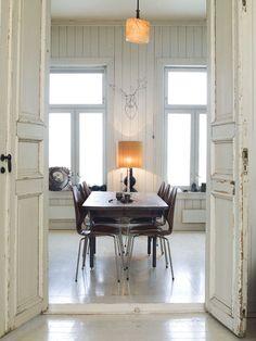 Beau détail dans la pièce, j'aime le bois et le blanc aussi