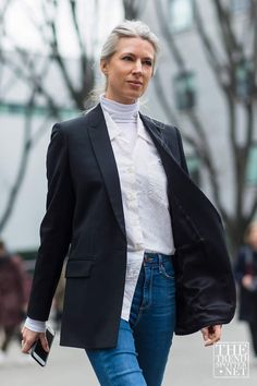 The classic style type guide - Sarah Harris wearing a blazer and un tucked white button up and jeans. Milan Fashion Week Street Style, Autumn Street Style, Cool Street Fashion, Street Style Looks, Fall Fashion Trends, Latest Fashion Trends, Autumn Fashion, Sarah Harris, Classic Style