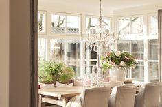 kroonluchter glas, klassieke eethoek, oud houten meubelen, kloostertafel oud hout, landelijk interieur