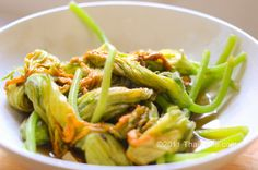 Thai recipe for Vegetarian Stir Fried Squash Blossoms. How it's really made in Thailand. Fried Squash Blossom Recipe, Fried Squash Blossoms, Vegetarian Stir Fry, Vegetarian Recipes, Healthy Recipes, Thai Recipes, Stir Fry Squash, Great Recipes, Whole Food Recipes