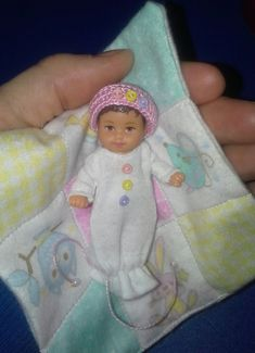 Baby Clothes Patterns, Baby Doll Clothes, Baby Patterns, Barbie Clothes, Barbie Kids, Baby Barbie, Barbie Family, Crochet Doll Pattern, Crochet Dolls