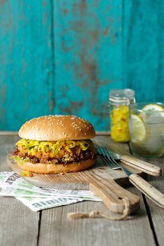 Vegetarischer Burger mit Zucchinisoße | Zeit: 45 Min. | http://eatsmarter.de/rezepte/vegetarischer-burger-mit-zucchinisosse