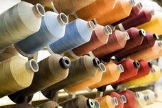 TEHDÄÄN HYVIN | HANDMADE QUALITY Työvaihe: Ompelulankoja | Craft: Stitching thread Tuotantolinja: Sohvat | Production line: Sofas  #pohjanmaan #pohjanmaankaluste #käsintehty