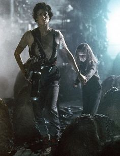Ripley (Sigourney Weaver) and Newt (Carrie Henn) in the aliens' nest inside the atmosphere processor on LV-426. Description from aliensandpredators.tumblr.com. I searched for this on bing.com/images