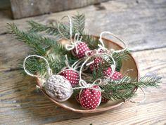 Vyrobte si tradičné vianočné ozdoby z orechových škrupín. Christmas Decorations, Christmas Ornaments, Holiday Decor, Christmas Traditions, Traditional, Home Decor, Decoration Home, Room Decor, Christmas Jewelry