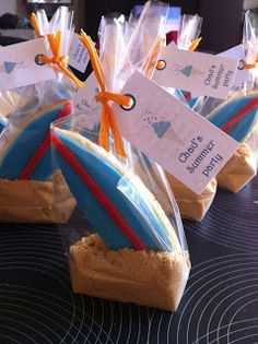 Invitation summer party, biscuit en forme de surf avec pâte à sucre et petits beurres moulus pour le sable!