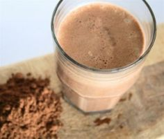 Protein shake recipes aren't just for pumping muscles with post-workout nutrition. This shake offers essential fatty acids for a picture-perfect beauty blend. Protein Smoothies, Protein Snacks, Pancakes Protein, Smoothie Proteine, Chocolate Protein Smoothie, Protein Shake Recipes, Whey Protein, Muscle Protein, Chocolate Shakeology