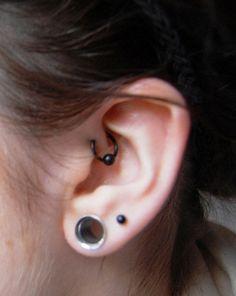 Fotos de tipos de piercings en el cartílago de la oreja: Piercing en antihélix