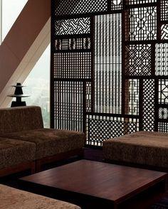 細かい細工がしてあり、彫刻のよう。シックなお部屋には、アジアンテイストなパーテーションがよく合います。