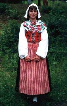 Costumes Around The World, Art Populaire, Folk Clothing, Daily Dress, Folk Costume, World Cultures, Traditional Dresses, Marie, Fashion Dresses