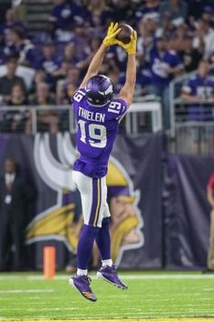 Arguably one of the best wide receivers of all time. Football Images, Sports Images, Sports Pictures, Nfl Football Players, Best Football Team, Football Stuff, Football Art, Nfl Vikings, Minnesota Vikings Football