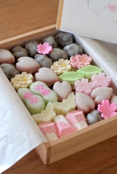 wagashi - a traditional Japanese confectionery which is often served with certain types of tea Japanese Treats, Japanese Candy, Japanese Food, Traditional Japanese, Desserts Japonais, Japanese Wagashi, Eclairs, Tea Ceremony, Cute Food