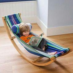 ARocking Hammocktem estrutura de madeira, tecido 100% algodão, é super-confortável, leve e fácil de balançar. Indicada para a molecada entre 3 e 5 anos ou até 45 kg www.bemlegaus.com