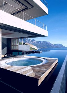 Uma piscina bem equipada.