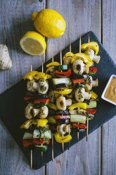 Gli spiedini di verdure sono un appetitoso contorno o antipasto, da sfoderare per una grigliata o per un'occasione speciale!