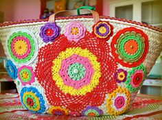 Decorate a straw bag with colorful doilies