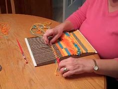 adding rows of loops to your weaving! thanks to Sandy Boccuzzo! Pin Weaving, Weaving Art, Loom Weaving, Finger Weaving, Diy Pochette, Tapestry Loom, Peg Loom, Weaving Projects, Yarn Bombing