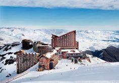 A mais famosa estação de ski, Valle Nevado no Chile, é ideal para quem já domina a prática e quer se aventurar.