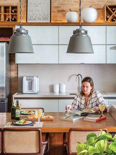 A moradora fez questão de caprichar no visual da cozinha ao abri-la à sala. Os armários são da Florense, e as cadeiras, do Arquivo Contemporâneo.