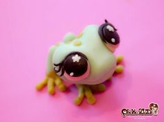 Frog (modeling chocolate) by Choko Late. Words can not discribe how much I love this. So cute and I love frogs. Cute Polymer Clay, Polymer Clay Animals, Fimo Clay, Polymer Clay Projects, Polymer Clay Creations, Kawaii, Frog Cakes, Biscuit, 3d Figures