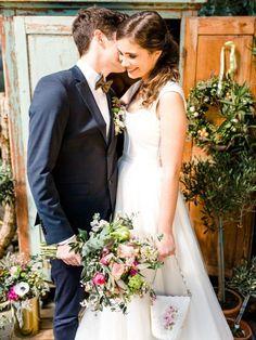 Ein besonderes Styled Shooting im Brautdirndl mit einem echten verliebten Pärchen! So macht Hochzeit Spaß. Wir zeigen den Brautstrauß, die Boutonniere, den Sweet Table und vieles mehr.