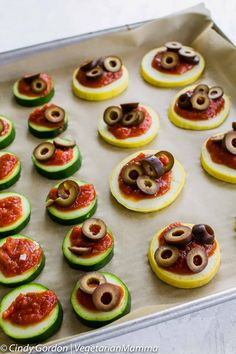 Looking for a fun and easy snack? These mini zucchini pizzas are easy to make and fun to customize! I pizza recipes I pizza I vegetarian recipes I appetizers I gluten free recipes II Vegetarian Mamma #pizza #vegetarianrecipes #appetizers