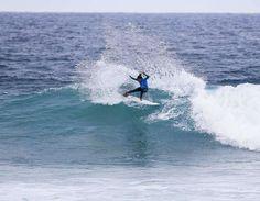 Ontem de manhã na Austrália as ondas estavam pequenas para rolar o Rip Curl Pro Bells Beach mas de tarde o swell chegou e a direção decidiu rolar a etapa feminina. Com ondas de 6ft as meninas mostraram um surf muito power e bonito de ver.  Na primeira bateria do Round 1 @biancabuitendag somando 13.0 (7.83 e 5.17) levou a melhor avançando direto pro Round 3. Já @stephaniegilmore mesmo com um 8.00 acabou indo pra repescagem Round 2 junto com @chelseatuach que não se achou na bateria.  Numa…