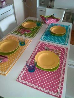 Polka Dot placemats and matching fabric bowl Sewing Crafts, Sewing Projects, Projects To Try, Table Runner And Placemats, Table Runners, Place Mats Quilted, Sewing Table, Mug Rugs, Table Toppers