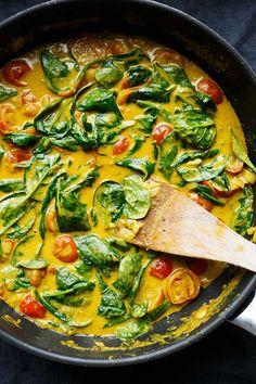 Kokos-Curry mit Spinat und Tomaten. Dieses 30-Minuten Rezept ist schnell, vegan und unglaublich cremig! - Kochkarussell.com