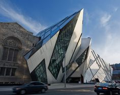 Architect Daniel Libeskind's angled steel Royal Ontario Museum in Toronto, the aluminum and glass structure looks as if it crashed into the side of the Neo-Romanesque museum—which is either brilliant or appalling, depending on whom you ask. Architecture Design, Museum Architecture, Concept Architecture, Amazing Architecture, Government Architecture, Toronto Architecture, Frank Gehry, Museum Exhibition Design, Art Museum