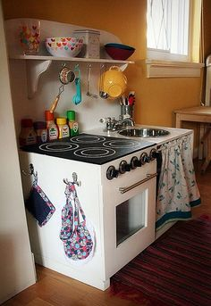 Felt food and DIY play kitchen I wish i had this when i was little. Id still probably play with it now! Diy Kids Kitchen, Kitchen Ikea, Kitchen Sets, Kitchen Decor, Smeg Kitchen, Kitchen Hooks, Awesome Kitchen, Kitchen Storage, Kitchen Cabinets