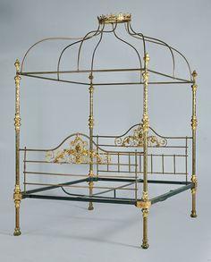 Cama en bronce y latón. Con baldaquino mostrando corona, S. XIX.  Medidas: 268 x 212 x 167 cms.