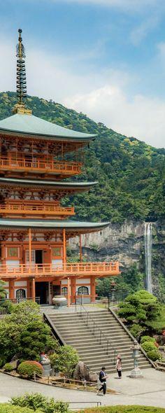 Photo : temple de Nachi, de son doux nom Seiganto-ji. Photo prise lors de notre roadtrip hors des sentiers battus, ou plutôt des rails convenus, pour explorer une autre région du Japon et voyager autrement : 4 jours de roadtrip dans les préfectures de Nar