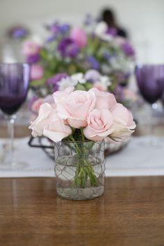 Mesa de Páscoa - decoração com toque provençal em tons de rosa e violeta - arranjo de flores em vaso de vidro com tela de galinheiro  ( Decoração: Fabiana Moura | Flores: Bothanique )