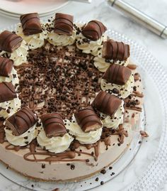 A Buttery Biscuit Base, Kinder Chocolate & Kinder Bueno Filling, Whipped Cream, Melted Chocolate, and even more Kinder Bueno! The PERFECT No-Bake Kinder Bueno Cheesecake! Cheesecake Mix, Cheesecake Recipes, Nutella Cheesecake, Ferrero Rocher Cheesecake, No Bake Desserts, Delicious Desserts, Dessert Recipes, Janes Patisserie, Buttery Biscuits