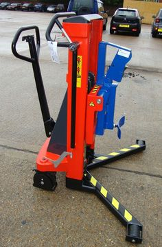 Manual pedestrian drum carrier for the removal of drums from the corners of pallets. available @ aayag.com