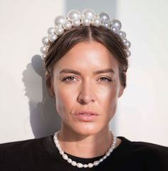 Pearls of Wisdom: A pearl adds instant elegance and ladylike refinement to more effortless such as soft or a chic low Pearl Headband, Knot Headband, Matte Red Lips, Clip Hairstyles, How To Style Bangs, One Hair, Hair Claw, Hair Images, School Fashion