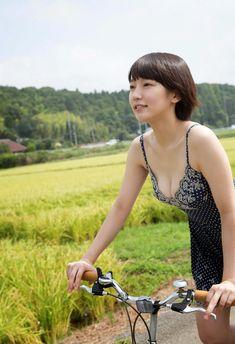 吉岡里帆の美乳放り出し過ぎな自転車