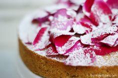 Mandel-Rosenblütentorte   almond cake with rose petals