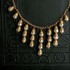 art deco necklace with glass pearl currants and brass leaf caps Vintage Jewelry, Unique Jewelry, Vintage Art, Jewelry Ideas, Diy Jewelry, Seed Bead Jewelry, Beaded Jewelry, Wedding Jewellery Inspiration, Ideas Joyería