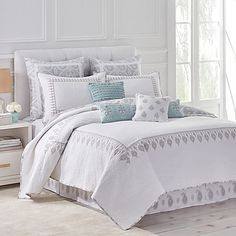 Stylishly chic, the Dena Home Luna Quilt brings a refined look to your bedroom. The reversible bed topper gives you 2 looks in 1. Featuring grey embroidery on a crisp white ground on 1 side, it reverses to a large-scale grey paisley print on the other.
