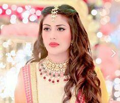 Hairdo Wedding, Wedding Bride, Wedding Hairstyles, Tikka Hairstyle, Maang Tikka Design, Indian Engagement, Bridal Bun, Surbhi Chandna, Bride Sister