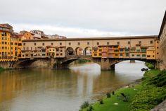 ヴェッキオ橋の歴史は、なんと660年以上という長さ。 「奇跡の橋」として親しまれています。