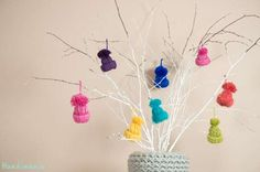 Little Yarn Hats Ornament Tutorial - DIY Craft Projects Christmas Tree Decorations, Christmas Fun, Christmas Ornaments, Christmas Presents, Craft Gifts, Diy Gifts, Crafts For Kids, Arts And Crafts, Navidad Diy