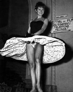 Brigitte Bardot at Cannes, 1956 Derrochando simpatía y sensualidad