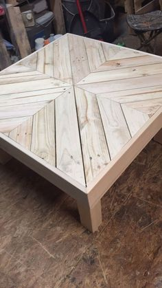 Coffee table made using pallet wood - Pallet Furniture Ideas Wooden Pallet Projects, Wooden Pallet Furniture, Diy Outdoor Furniture, Diy Furniture Projects, Woodworking Furniture, Table Furniture, Wood Pallets, Pallet Wood, Diy Woodworking