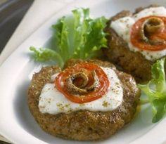 Oggi vi presentiamo la ricetta per preparare gli hamburger alla pizzaiola con le acciughe, un secondo piatto sfizioso e saporito e soprattutto velocissimo.