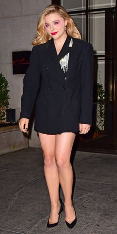 Chloë Grace Moretz stepped out in NYC wearing a rhinestone embellished blazer. Notice those chic structured shoulders and oversized pockets. Rachel Mcadams Legs, Beautiful Legs, Beautiful Ladies, Girls Rules, Chloe Grace Moretz, Sexy Legs, Kim Kardashian, Celebrity Style, Bryci