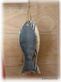 Make a denim flounder Jean Crafts, Denim Crafts, Fabric Bags, Fabric Scraps, Recycle Jeans, Upcycle, Artisanats Denim, Sewing Crafts, Sewing Projects